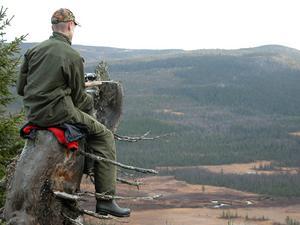 Robin Andersson, 15 år från Trångmon i Frostviken, har värsta utsikten från ett pass som naturen själv har skapat. Platsen är Bäverdalen och Robin jagar i Trångmons jaktlag. Fotograf är Robins pappa Jan-Olof Andersson, Trångmon