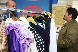 Utställningen visar flera olika typer av romska kläder och de som vill får prova.