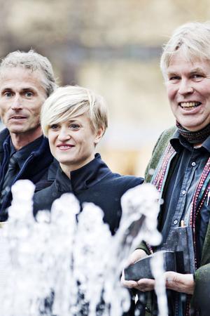 Kai Marklin från Stenindustriförbundet tillsammans med pristagarna och arkitekterna Stina Elonsson och Anders Jönsson.