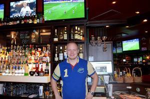 Mattias Lindström, bartender på O, Learys, gillar fotboll och Giffarna. Och nästa år får han njuta av allsvensk fotboll i Sundsvall