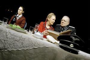 Bernhards samtidskritik på scen: Irene Lindh, Margaretha Byström och Börje Ahlstedt i