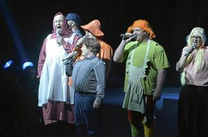 Mycket humor. Herrarna i Harmoni vågade bjuda publiken på många skratt under capricen. Här gestaltas några av Astrid Lindgrens älskade karaktärer.