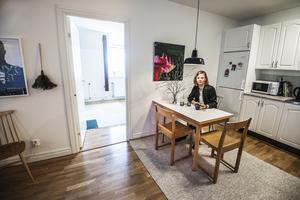 Tavlan ovanför köksbordet och stolen Lilla Åland är Linnéa mest stolt över i köksdelen.