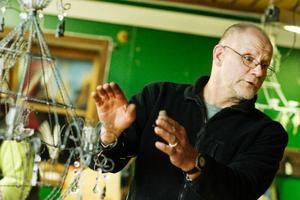 """Ove Hedenström har utbildat nästan 500 elever i luffarslöjd. """"En del vill inte lära ut vad de kan, men jag är av den uppfattningen att hantverket ska läras ut. Annars försvinner det ju"""", säger han."""