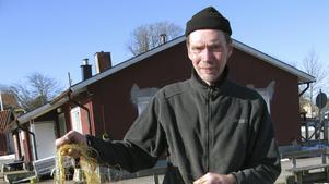 Yrkesfiskaren Mikael Jansson i Grisslehamn ser bara positivt på att Grisslehamn får ta emot större volymer torsk från fartygen.