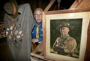 Jubileumsutställning. – Under lägret visar vi en intressant jubileumsutställning, säger presschefen Agne Sjögren, här vid ett porträtt av grundaren, engelsmannen Robert Baden-Powell.