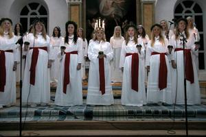 Evelina Persson, Emma Einarsson, Thove Gunnarsson, lucia Frida Tofält, Frida Kopparmalms, Elin Engh och Lisa Lindberg framträdde i Alfta kyrka på söndagskvällen.