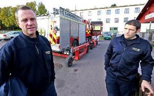 Leif Andersson, förbundschef Dala Mitt och Toni Todorovski, operativ chef Dala-Mitt, har just övningskört på halkbanan med den stora brandbilen. Foto: Johnny Fredborg