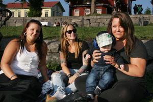 Caroline Eriksson, Stephanie Rudert, Josephine Eriksson och lille Wilmer tänkte först inte gå på Byafesten, men de ändrade sig när de såg att vädret såg ut att hålla i sig.