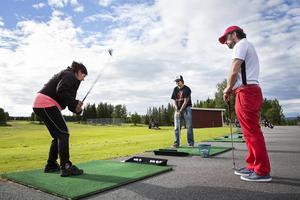 Agnetha Svärdfeldt och Erik Althin provslår på rangen. Golfinstruktören Max Segersten kommer med tips.   – Det är något alldeles speciellt med att träna en sådan här grupp. Det är mycket gemenskap och glädje och otroligt kul att se utvecklingen, säger Max Segersten, golfinstruktör.