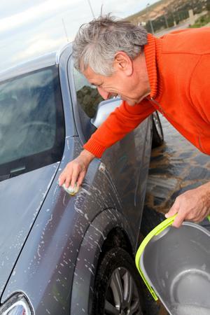 Salt och smuts ska bort om bilen ska bli vårfin. Foto: Tomas Hägg