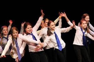 Tjejerna i gruppen Rising stars dansade till låten Happy.