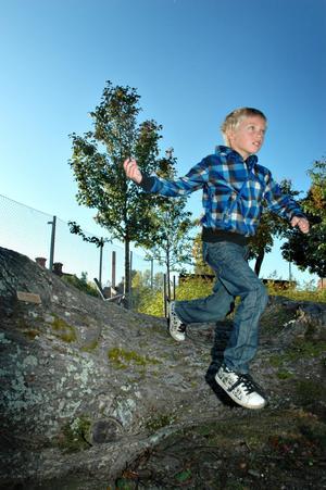"""Sprang flera varv. Albin Björling i första klass springer hinderbanan på Rabo skolas årliga Lilla OS. """"Lite jobbigt var det,"""" konstaterar han efter flera varv."""