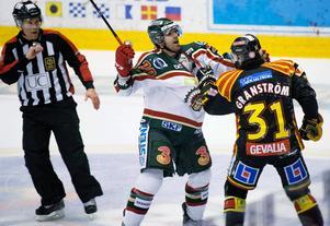 Jonathan Granström är tillbaka i Brynäs och han kommer att ha nummer 31 på ryggen igen. Efter två år i Luleå kommer nog alla att känna igen honom i alla fall. Han har inte ändrat sig stil och kommer gärna under skinnet på sina motståndare – som här från åren i Brynäs när Frölundas Joel Lundqvist blir offret.
