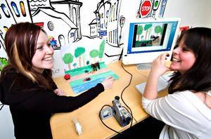 Animerad trafiksäkerhetsfilm. Sistaårseleverna Elin Malmberg och Fanny Persdotter Ek på Lugnetgymnasiet praktiserar Film i Dalarna. I ett samarbetsprojekt mellan Vägverket och Film i Dalarna lär de barn hur man gör animerad film och samtidigt ökar deras förståelse för trafiksäkerhet.