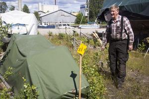 Under den gröna presseningen vilar en herrelös tjärad eka. – Den har legat där i minst fem år, det är det enda vi vet om den, säger Per-Arne Åkerström.