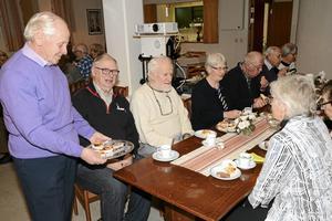 Karl-Ivar Hansson bjuder fr v Alf Werner och Janos Jurka på hembakade bullar till kaffet.