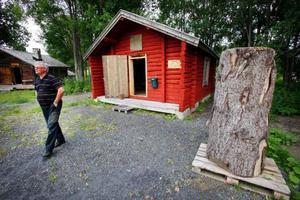 Här är kojan som Lars Theodor Jonsson bodde i utanför Alavattnet. Nu står stugan på hembygdsgården i Strömsund. Hembygdföreningens ordförande Christer Birgersson visar upp den.