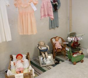 Gärd Jonssons dockor, som hon ställer ut vid tegelbruksmuseet i Heby.Foto: Ingalill Forss Norberg