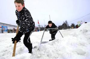 Henrik Dillner och Kim Panhed bytte i går geografi, matematik och historia mot snöskottning på OKQ8 i Svenstavik.  Foto: Sandra Högman