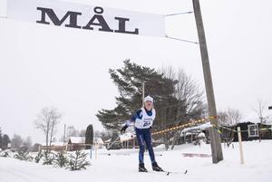 Ruth Olsson, Matfors SK, vinnare av Damer 9 går i mål.