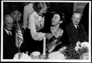 Vid fikat i Sandviken 1950 blev Blanche påtagligt rörd av mötena med föräldrarnas vänner.