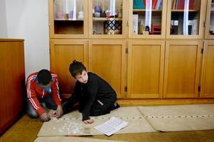 räknar. Sherif Abdi Mahamoud och Oskar Kling utforskar multiplikationstabellen med hjälp av ett band och skyltar.