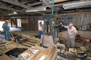 Bröderna Bertil och Bengt Olsson tillsammans med Egon Häggblom skötte sågningen med den äran när den gamla men restaurerade sågen i Långbo visades.