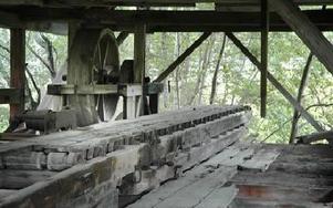 Det tak som lades på 60-talet har räddat det mesta i sågverket.