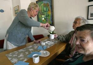 Personalen får toppbetyg av gästerna. Här är det Inga-Britt Kjeller som serverar Ingrid Kjeller kaffe.