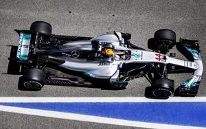 Lewis Hamilton tog pole position fem hundradelar av en sekund före Sebastian Vettel.