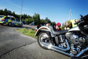 Den 46-åriga kvinnan körde in i ett släp med den tunga motorcykeln och ådrog sig ett öppet lårbensbrott. Olyckan inträffade i Bredsand.