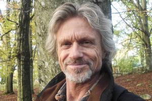Peter Buchar, skidåkaren som blev konstnär, jobbar också med Qigong och argentisk dans. Han har också utvecklat skidåkningen Zen ski som han kommer att hålla kurs i på Ramundberget senare i vår.