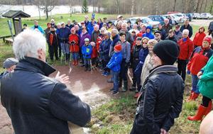 Många besökare samlades vid Opplimen. Närmast kameran fågelklubbens ordförande Staffan Müller och kommunalrådet Ulrika Liljeberg.