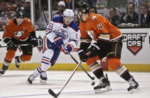 61 matcher blev det för Lander i Edmontontröjan i vintras. Här under ett möte med Anaheim i november.