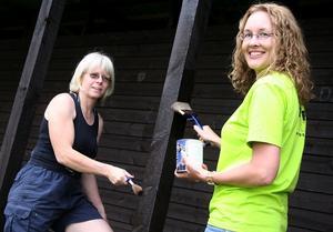 Nymålade omklädningshytter. Monika Andersson och Annica Lawrey är två av många som hjälpts åt med måleriarbetet.