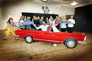 Rådmansökompanierna rullar in The show must go on i Rådmansö kyrka på söndag. Bilen är skapad av konstnären Martin Stenberg.