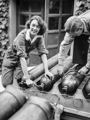 Jane Horney drar åt skruvar på gastuber under beredskapen under andra världskriget troligen 1940.    Foto: Bertil Norberg / TT