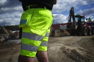 Lyviksberget. Nu tar Björn Westman och de andra maskinförarna hos AEB sig an att lägga grund för ett stort industrihotell på Lyviksberget.