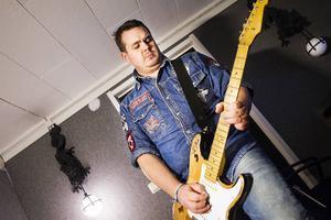 Lars Eng har skrivit både text och musik på den nya singeln, dessutom spelar han kompgitarr.
