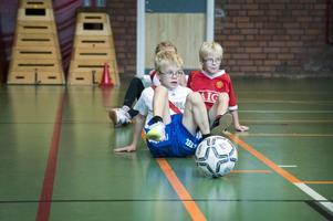 Här spelas det krabbfotboll, en slags fotboll med både händerna och fötterna i marken.