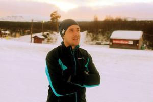 Magnus Myhr blickar nöjt ut över skidspåren