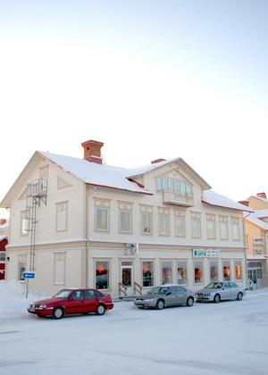 Kurt-Åke Sundqvist har lagt ned åtskilliga slantar för att Storgatan  i Strömsund ska få sig ett lyft. Huset byggdes 1897.