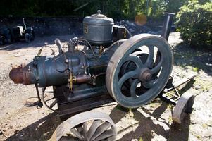 Tändkulemotorer användes ofta i lantbruket.  För tröskning tillverkades  denna maskin från cirka 1925  hos Aktiebolaget Beijer Motorfabrik i Vimmerby.