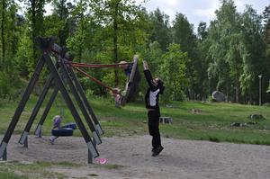 Under ett kalas ute på Björnön ville barnen gunga högt, jättehögt. Så högt att det till och med var svårt att nå upp för vissa, som då fick stå på tå och nästan inte nådde upp ändå.