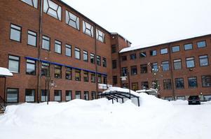 I de här lokalerna vid Sidsjövägen, där socialtjänsten har sin verksamhet i dag, kan lärarhögskolan hamna om den flyttas från Härnösand. Den gamla planen med en påbyggnad med två våningar är struken i den nya planen.