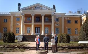 Kungligt. Räpina Garden Collage i östra Estland från 1924 huserar delvis i ett slott. Till höger på bilden Hans Barksjö.
