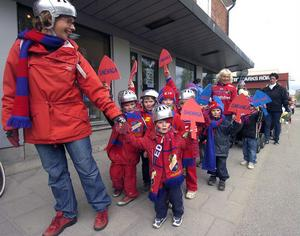 I förskolans parad genom Edsbyn kom det här gänget från Snehaga förskola sjungande Heja, heja Byn.