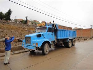 En gruvlastbil i Potosi, Bolivia, pryds av en skylt från Röda Ulven. Någon större surströmmingsmarknad är dock Sydamerika inte.
