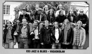 Så här såg de ut, eleverna i den första årskullen på Vasaskolans jazz, blues och rocklinjen. Om några månader är det 15 år sedan de gick ut gymnasiet.Bakre raden från vänster: Sverker Magnusson, Stefan Rosman, Martin Hållqvist, David Samuelsson,Mellersta raden från vänster: Martin Horn, Fredrik Hamberg, Pär Engstrand, Henrik Nilsson, Mattias Lissdaniels, Pär Lauren, Johan MoraeusFrämre raden från vänster: Johan Pyykkö, Björn Samuelsson, Tomas Jakobsson, Johan Angantyr, Anders Lindström, Henrik Olsson, Patrik Engelbert.